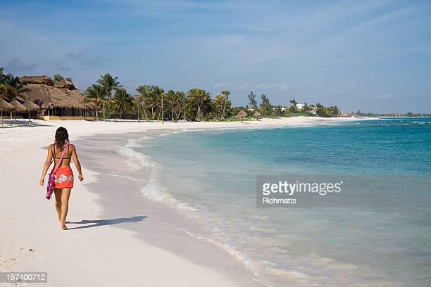 Mujer caminando sola en la playa