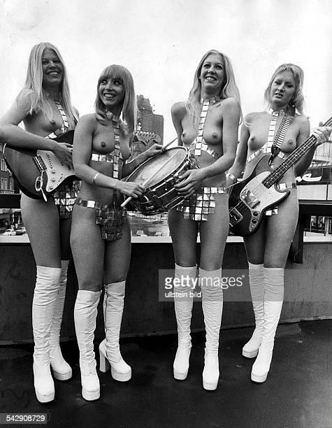 Ladybirds' dänische Frauen Popgruppe die nackt auftritt auf der Brücke zum EuropaCenter in Berlin 1974