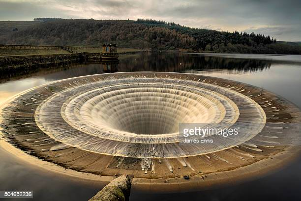 ladybower plughole, ladybower reservoir, peak district national park, uk - pantano agua estancada fotografías e imágenes de stock