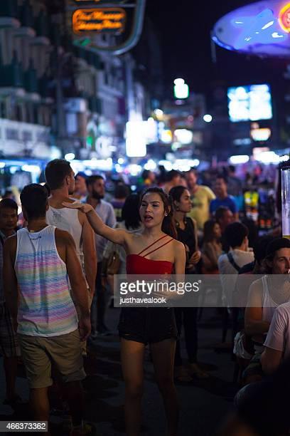 ladyboy y personal del bar en khaosan road - kathoey fotografías e imágenes de stock