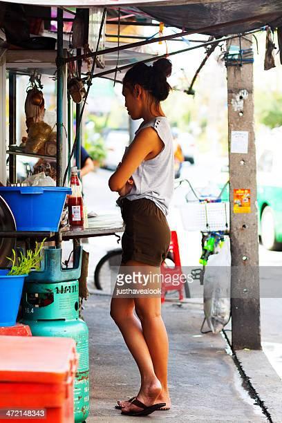 ladyboy en street cocina - kathoey fotografías e imágenes de stock