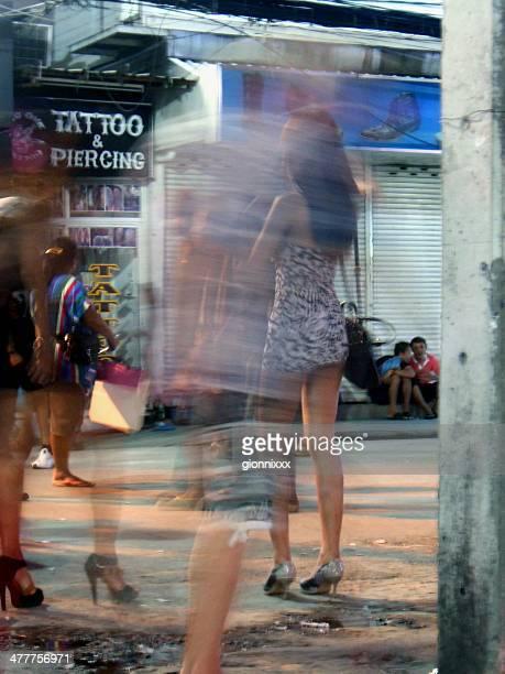 ladyboy en bangla road, playa de patong, tailandia - kathoey fotografías e imágenes de stock