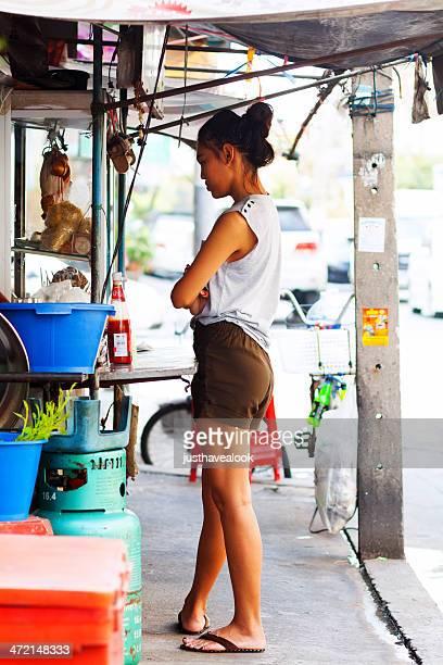 ladyboy en la acera - kathoey fotografías e imágenes de stock