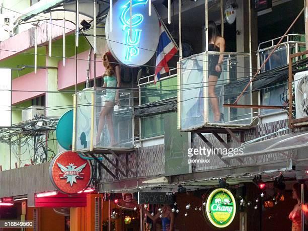 ladyboys su soi 6, pattaya, thailandia - bordello foto e immagini stock
