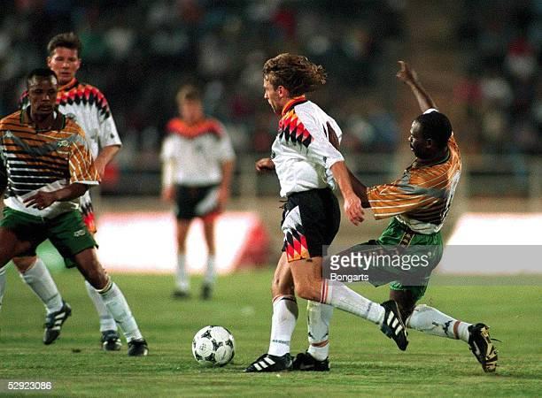 FUSSBALL Laenderspiel 1995 SUEDAFRIKA DEUTSCHLAND 00 151295 Thomas HAESSLER DFB Nationalmannschaft/Linda BUTHELEZI