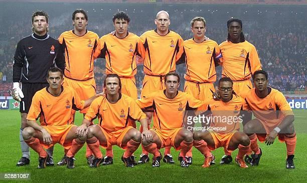 Team Holland; hintere Reihe: Torwart Ronald WATERREUS, Ruud NISTELROOY, Mark VAN BOMMEL, Jaap STAM; Frank DE BOER, Clarence SEEDORF; vordere Reihe:...