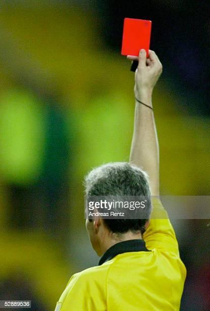 Laenderspiel 2003 Aveiro Portugal Griechenland 11 Schiedsrichter Esquinas TORRES/ESP zeigt DIE ROTE KARTE