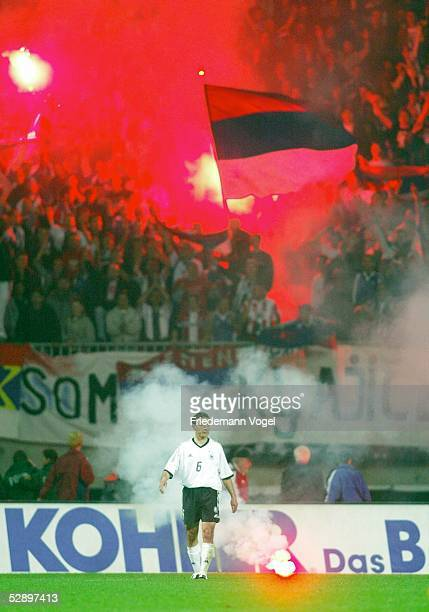 Laenderspiel 2003, Bremen; Deutschland - Serbien-Montenegro 1:0; Michael HARTMANN/GER, im Hintergrund Jugoslawische Fans