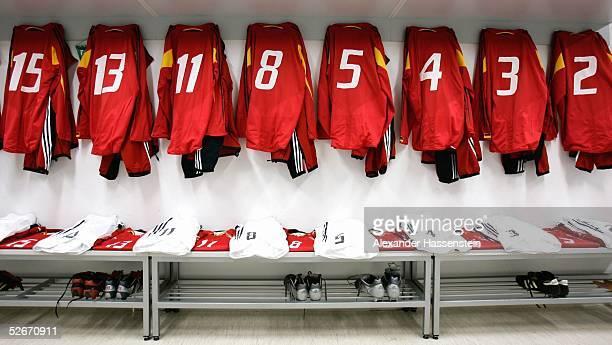Laenderspiel 2005 Celje 260305 Slowenien Deutschland Trikots der Deutschen Fussballnationalmannschaft haengen in der Umkleidekabine vor dem Spiel