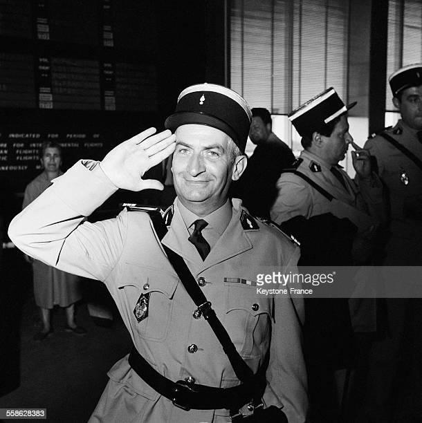 A l'aeroport d'Orly ou ont debarque les acteurs du film 'Les gendarmes a SaintTropez' Louis de Funes en uniforme de gendarme salue le photographe le...