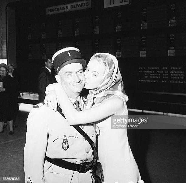 A l'aeroport d'Orly ou ont debarque les acteurs du film 'Les gendarmes a SaintTropez' Louis de Funes avec sa fille dans le film l'actrice Genevieve...