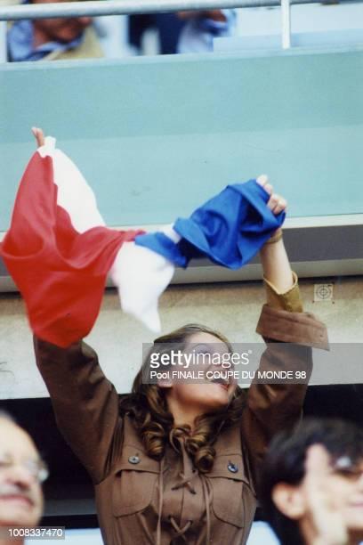 Laetitia Casta montre sa joie dans les gradins lors de la finale de la Coupe de France le 12 juillet 1998 Saint Denis France