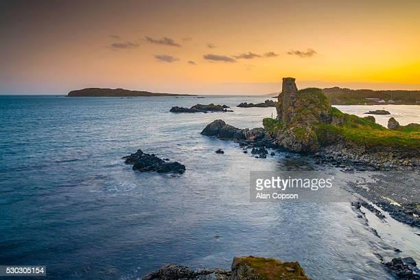 lagavulin bay, dunyvaig (dunyveg) castle, islay, argyll and bute, scotland, united kingdom, europe - alan copson stock pictures, royalty-free photos & images