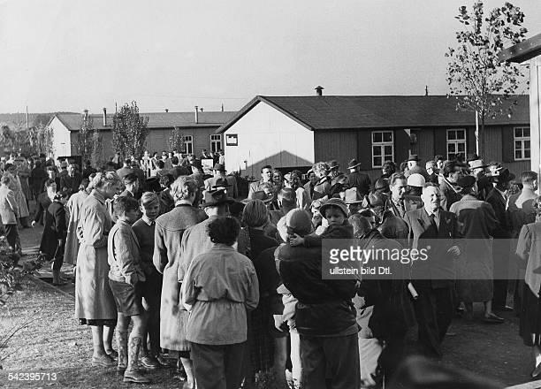 Lager Friedland Angehörige warten auf einen Transport von RusslandHeimkehrern 1955