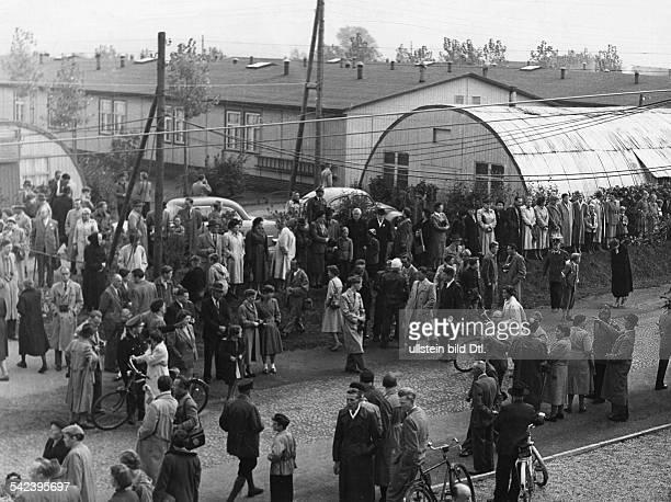 Lager Friedland Angehörige warten auf einen Transport von Russland Heimkehrern 1955