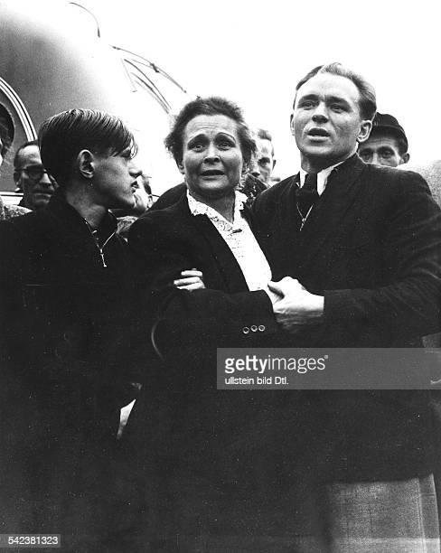 Lager Friedland Eine Frau mit ihren zwei Söhnen hat in einem ankommenden Bus ihren Ehemann entdeckt 1950er Jahre
