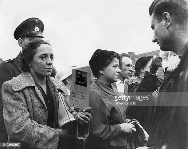Lager Friedland Heimkehrer und wartende Angehörige eine Frau sucht Hermann Steinmetz Feldpostnr 13979 vermutl 1955