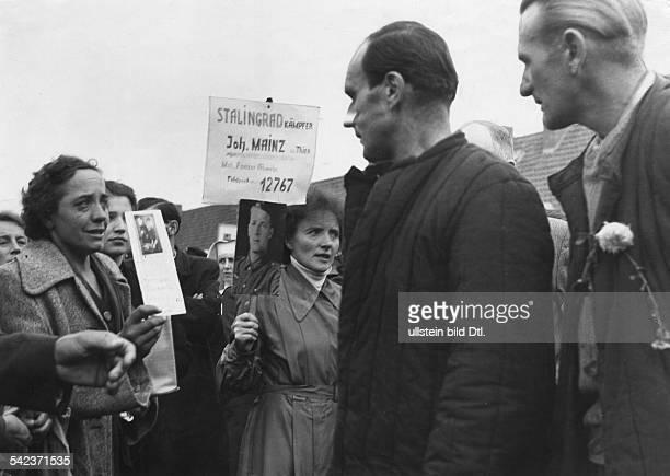 Lager Friedland Heimkehrer und wartende Angehörige vermutl 1955