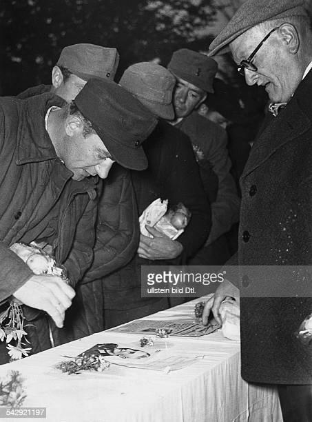 Lager Friedland Russlandheimkehrer werden nach Vermissten befragt 1955