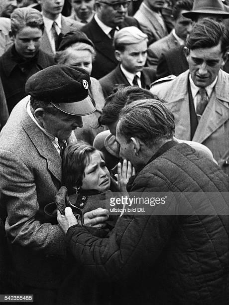 Lager Friedland Spätheimkehrer Ein Kind sieht seinen Vater zum ersten Mal vermutl 1957
