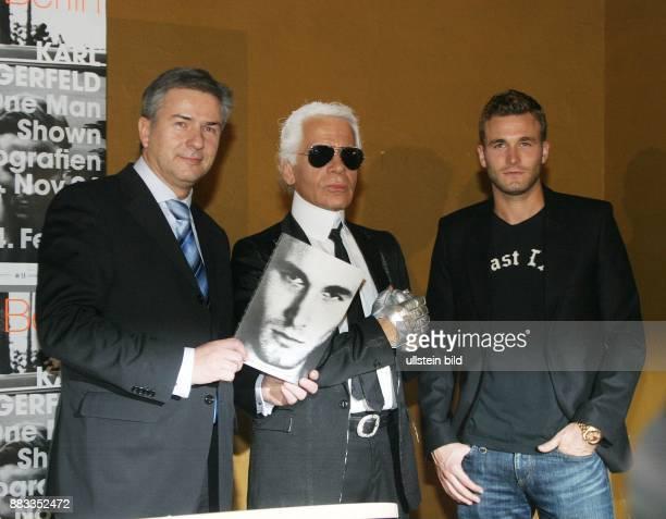 Lagerfeld Karl * Modedesigner D eroeffnet neben Fotomodel Brad Kroenig und Berlins Regierendem Buergermeister Klaus Wowereit seine Fotoausstellung...