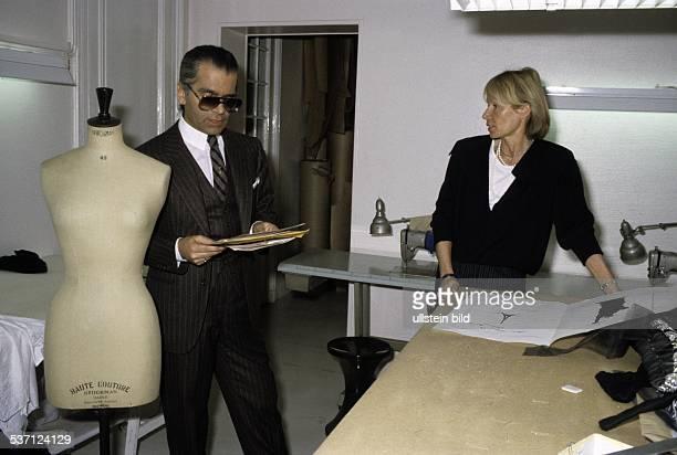 Lagerfeld Karl * Modedesigner D im Atelier mit seiner Assistentin Rosemarie Legalais 1984