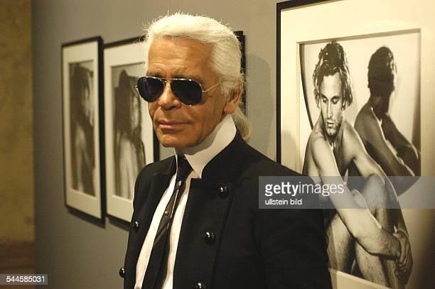 Lagerfeld Karl *Modedesigner D bei der Eroeffnung der Ausstellung One man shown bei c/o im alten Postfuhramt in Berlin vor Fotografien des Models...