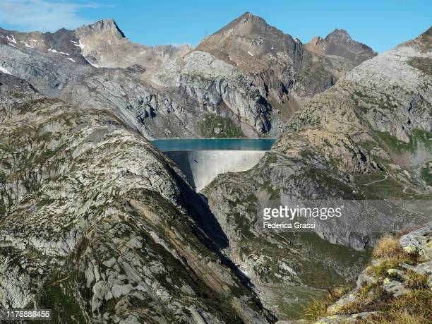 lago cavagnoli alpine reservoir near robiei, switzerland - stausee stock-fotos und bilder