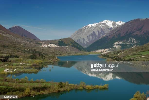 lago di barrea nel parco nazionale d'abruzzo, circondato da montagne - parco nazionale d'abruzzo foto e immagini stock