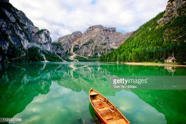 lago di braies ii - pragser wildsee stock pictures, royalty-free photos & images