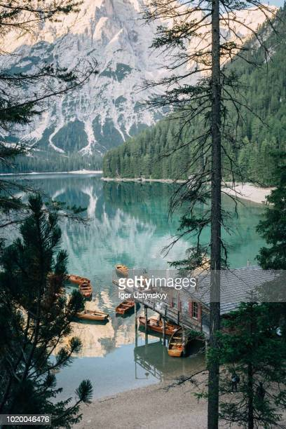lago di braies in the italian dolomites - pragser wildsee stock pictures, royalty-free photos & images