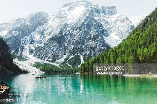lago di braies mountain lake in dolomites alps - pragser wildsee stock pictures, royalty-free photos & images