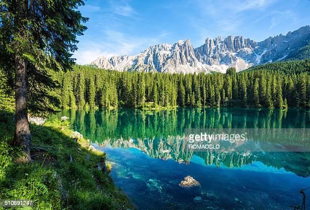 lago di carezza- karersee, trentino-südtirol, italien - dolomiten stock-fotos und bilder