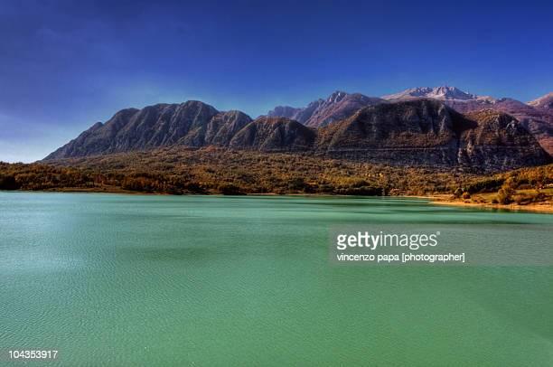 lago di castel san vincenzo - molise foto e immagini stock