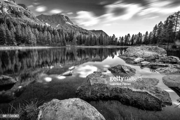 lago di san pellegrino in bianco e nero - bianco e nero stock pictures, royalty-free photos & images