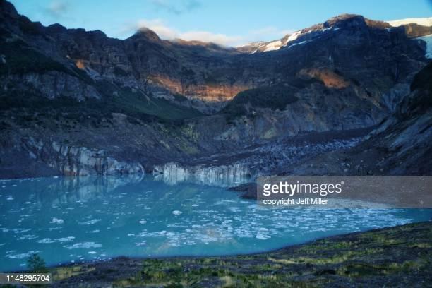 lago manso and black glacier (ventisquero negro) below monte tronador, nahuel huapi national park, argentina. - リオネグロ州 ストックフォトと画像