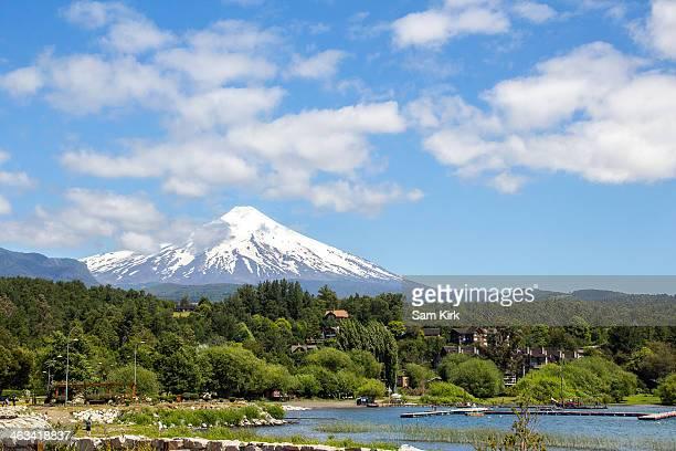 lago villarrica and volcan villarrica - pucon fotografías e imágenes de stock