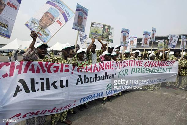 Supporters chant slogans to usher in Nigerian Vice President Atiku Abubakar 20 December 2006 in Tafawa Balewa Square in Lagos where he came to seek...