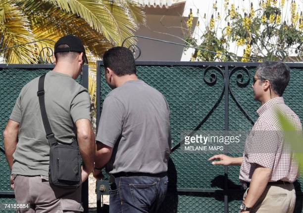 Plainclothes police officers are about to enter the house known as Casa Liliana 15 May 2007 where suspect British national Robert Murat used to live...