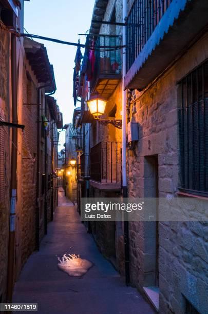 laguardia, old town at dusk - pais vasco fotografías e imágenes de stock