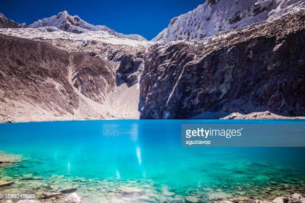 laguna 69 (lac 69) et impresive chacraraju, cordillère blanca – ancash, andes péruviennes, pérou - translucide photos et images de collection