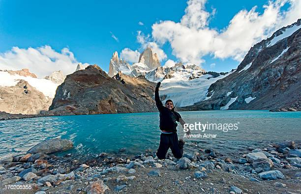laguna de los tres, el chalten, patagonia - três pessoas stock pictures, royalty-free photos & images