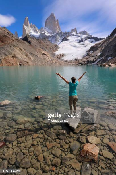 laguna de los tres with mount fitz roy in the back, patagonia, argentina - três pessoas stock pictures, royalty-free photos & images