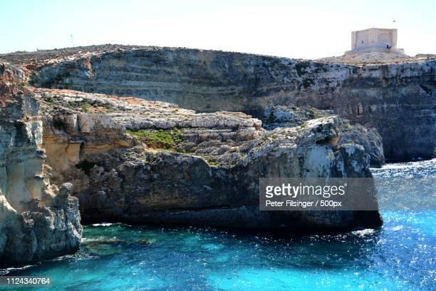 lagune und festung auf comino malta - insel stock pictures, royalty-free photos & images