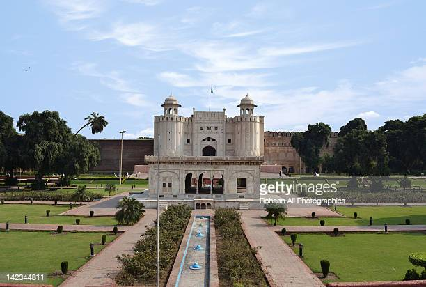 lahore fort and hazuri bagh - lahore pakistan stock pictures, royalty-free photos & images