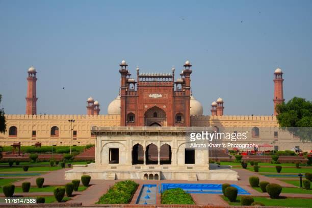 lahore, pakistan - バドシャヒモスク ストックフォトと画像