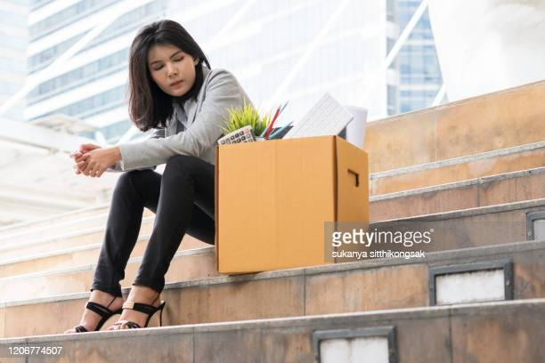 laid off: unemployed businesswoman. - derrota imagens e fotografias de stock