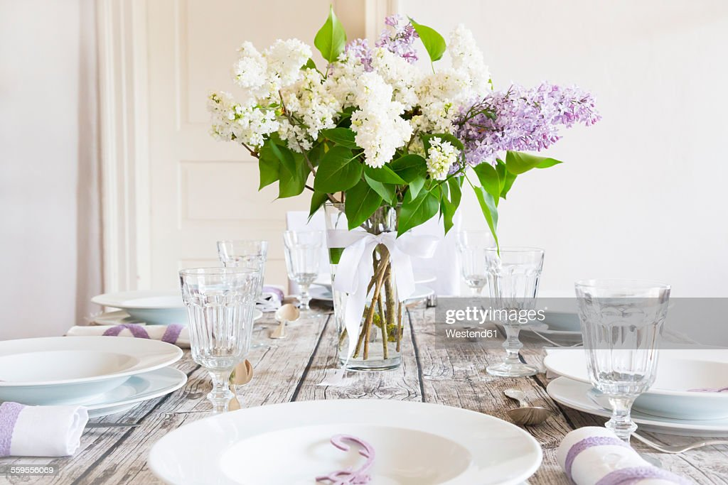 Laid table with lilac : Stock-Foto