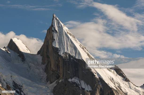 laila peak, iconic peak at khuspang camp, k2 trek, skardu, gilgit baltistan, pakistan - land geografisches gebiet stock-fotos und bilder