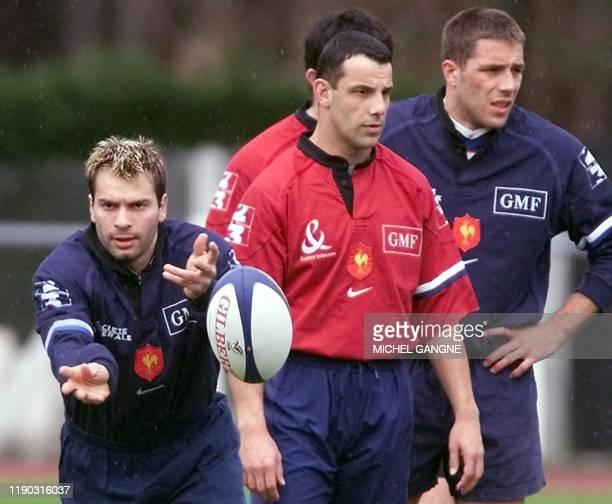 l'ailier Christophe Dominici s'entraîne sous les yeux de l'ouvreur Christophe Lamaison et du centre David Bory le 20 mars 2001 au stade Bonneval à la...